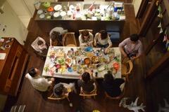 ダイニングテーブルには人が集う。