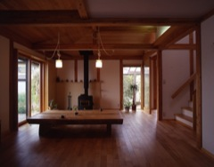 甲府の家・内部/薪ストーブのある居間に家族が集う。