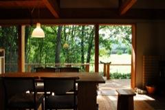 甲府の家・内部/屋外の緑を取り込む広く大きな空間。