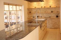 天然石の天板と木の造作。米のりを使ったキッチンです。
