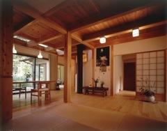 材は吉野材を使用し、梁や家具の一部に古材を再利用