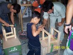 親子に好評、いつもの木工教室