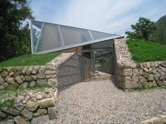 こんなガラスと石の家も得意です。