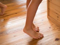 裸足でも気持ちの良い浮づくりの床