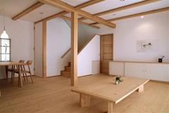 モデルハウス内部「リビング ダイニング」桧の床と漆喰の壁が心地よい空間。