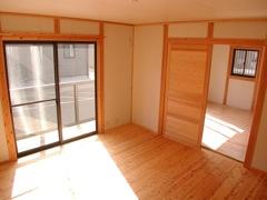 床・柱は土佐杉材、壁・天井には調湿できる天然素材モイスや和紙