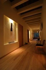 ギャラリー兼用玄関ホール 砂漆喰仕上げの壁