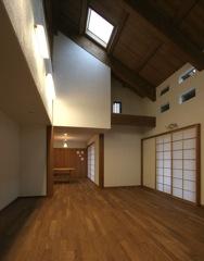 天井に高低差のある居間と食堂