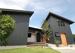 勾配屋根が個性的な薪ストーブのある「うれしい家」