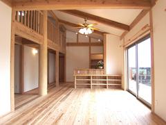 床はうづくりの杉板、壁・天井は全て漆喰の塗り壁仕上げ