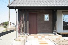 シラス壁とタイル仕上げの玄関ポーチ