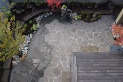 札幌軟石を使った庭園。