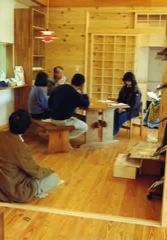 居間のテーブルを囲んで、有機農業勉強会