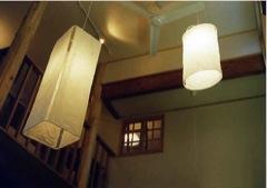 居間吹抜のイサム・ノグチの和紙照明