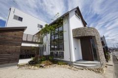 それぞれの素材を生かした家造り。木、石、漆喰。