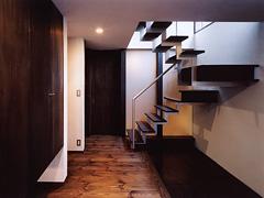 玄関 広い土間の上を浮かぶ階段