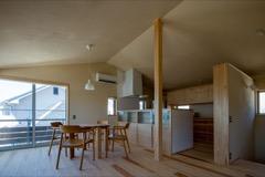 家具もオリジナルで製作 アイアンの足がかわいらしいダイニングテーブルとも良くあいます。
