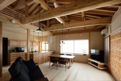 断熱性に優れ、小屋裏の木組みを美しくあらわせる外断熱工法