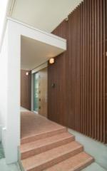 階段とスロープ両側から入れる玄関ポーチ