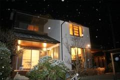 雪降る夜空に映えるシンプル和モダンな外観