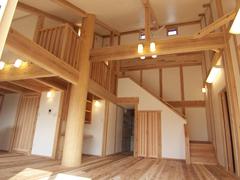 室内は大きな吹き抜けがある平屋風の2階建てで、杉材と漆喰の塗り壁で仕上がっています。