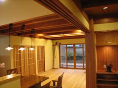無垢の木材と塗壁を上手に合わせ、飽きのこない空間に
