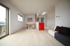 モミの木の床にキッチンとソファーのポイントカラー